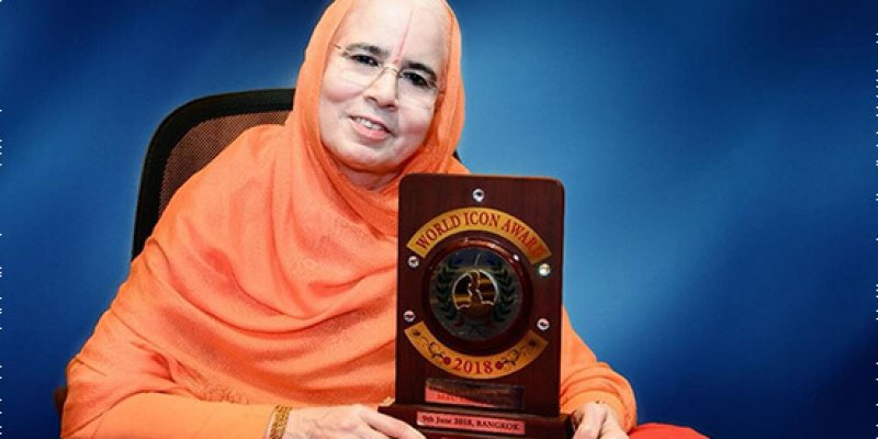 H.H. Sushri Dr. Vishakha Tripathi Ji received the World Icon Award